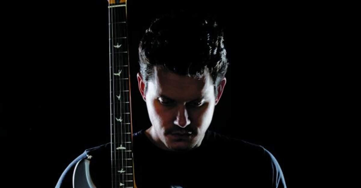 John Mayer segurando uma guitarra PRS