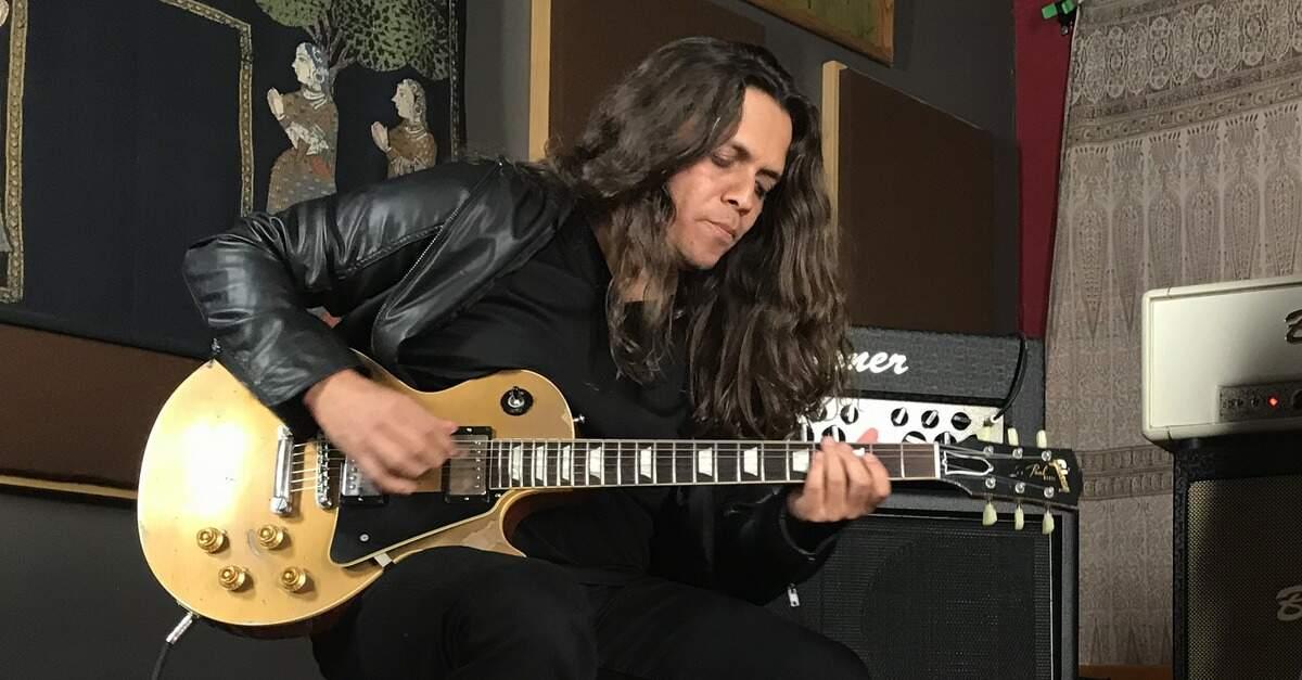 Ricardo Marins tocando uma Les Paul
