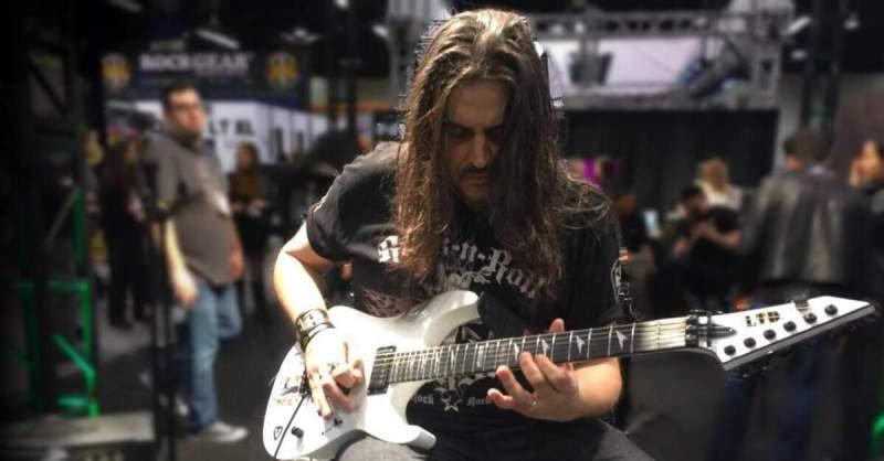 Silas Fernandes tocando uma guitarra branca