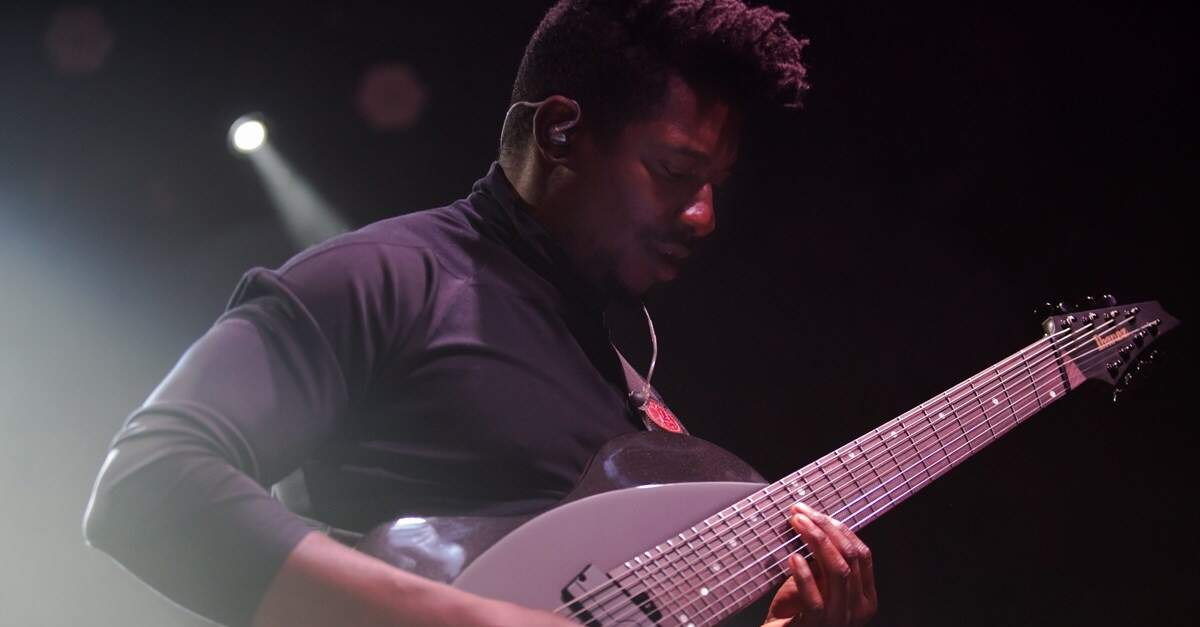 Tosin Abasi fazendo slap na guitarra