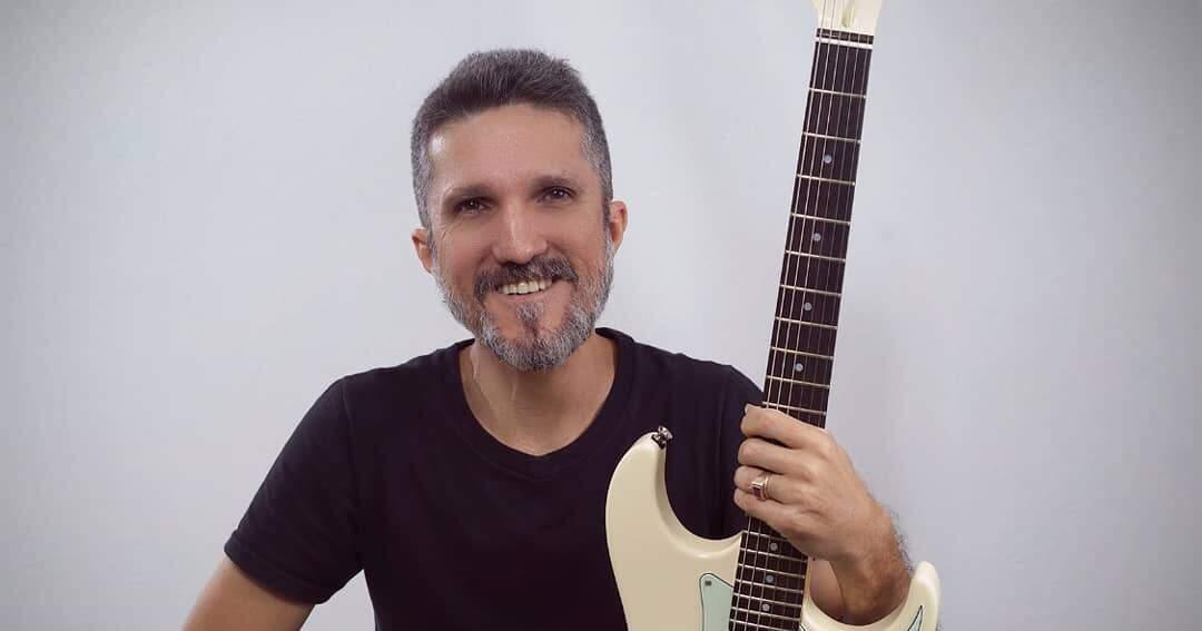 Foto posada do guitarrista Mazin Silva, vencedor do Samsung E-Festival Instrumental 2018