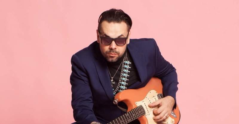 Igor Prado com uma Stratocaster