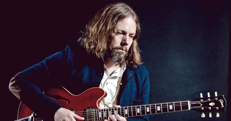 Rich Robinson com uma guitarra vermelha