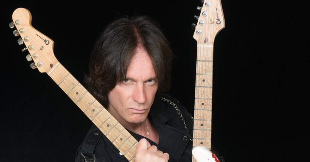 Chris Impellitteri segurando duas guitarras