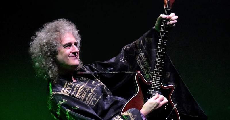 Brian May tocando guitarra ao vivo