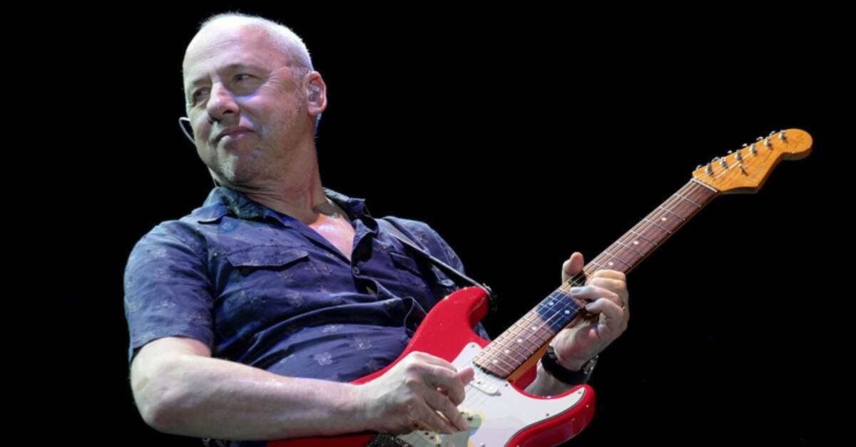 Mark Knopfler tocando uma Stratocaster vermelha
