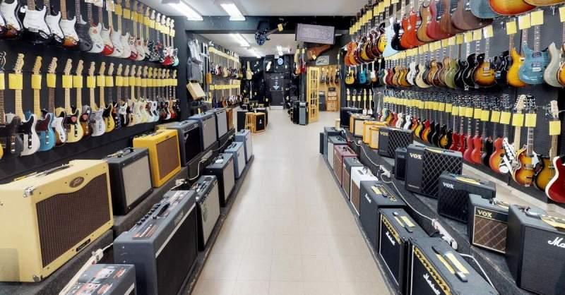 Instrumentos expostos em uma loja de música