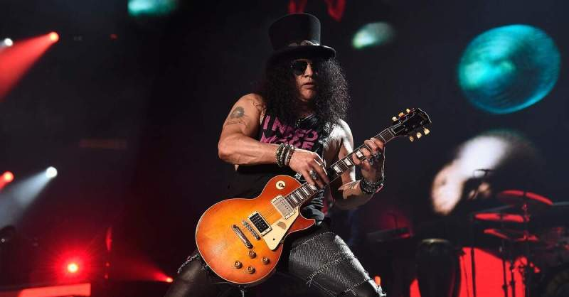 Slash em cima do palco com uma Les Paul