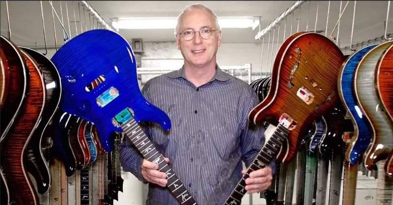 Paul Reed Smith segurando duas guitarras PRS