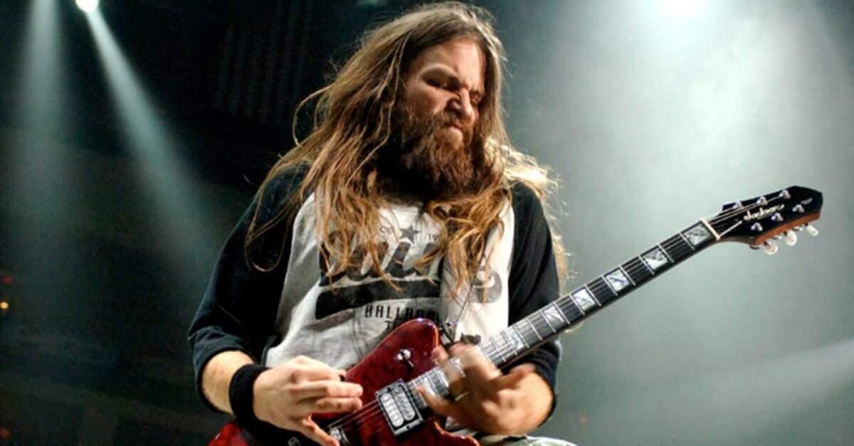 Mark Morton tocando uma guitarra vermelha