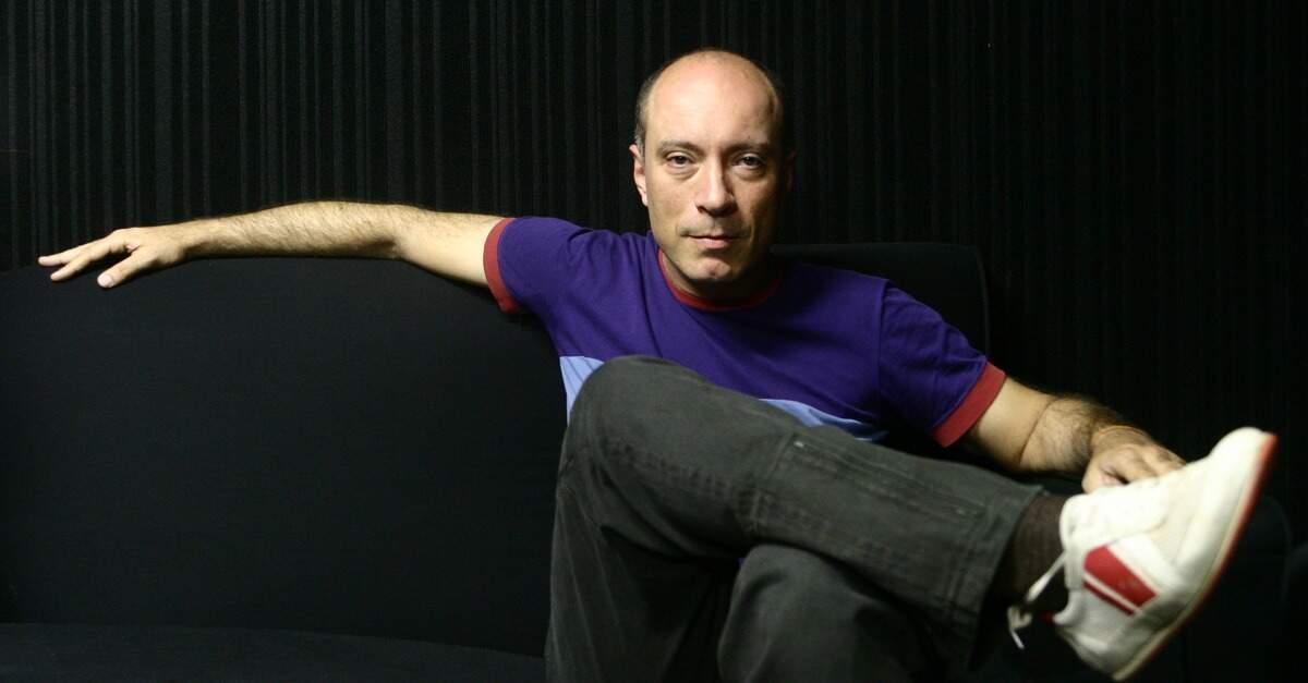 Edgard Scandurra sentado em um sofá