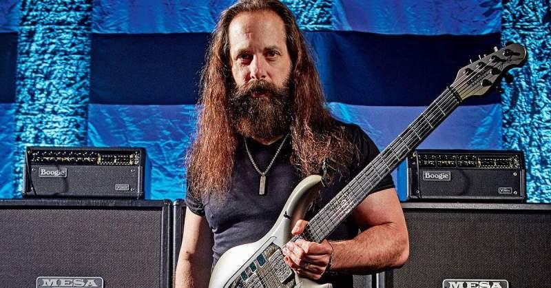 John Petrucci segurando uma guitarra Music Man