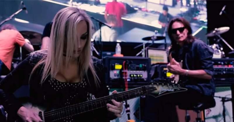 Nita Strauss tocando com Steve Vai