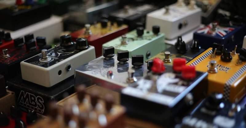 Foto de vários pedais de guitarra