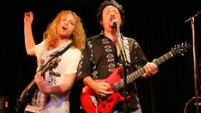 Trev Lukather tocando com o pai Steve