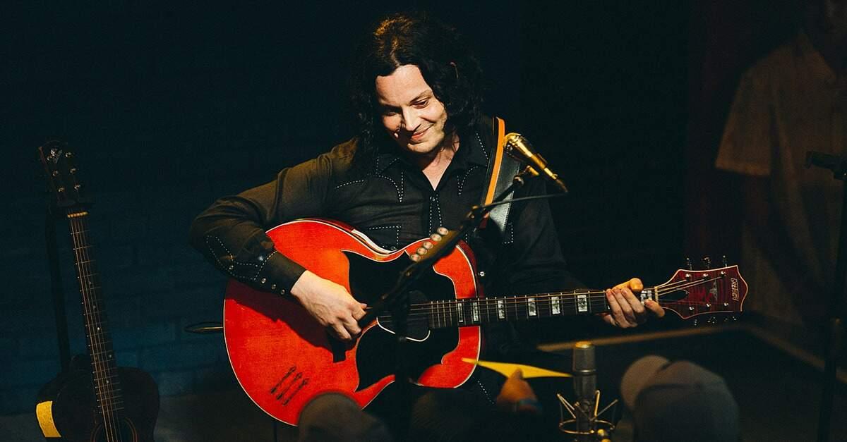 Jack White tocando um violão Gretsch