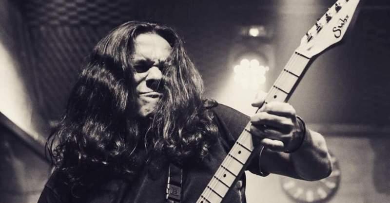 Ricardo Marins tocando uma guitarra Suhr