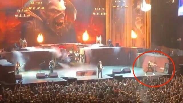 Janick Gers derruba a guitarra na plateia