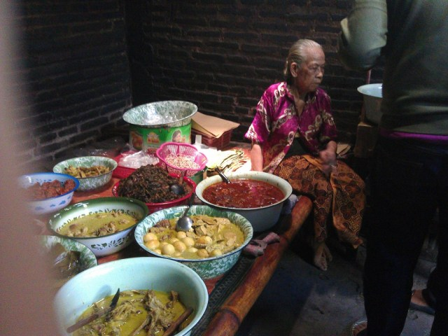 Mbah Marto dan berbagai pilihan hidangan.