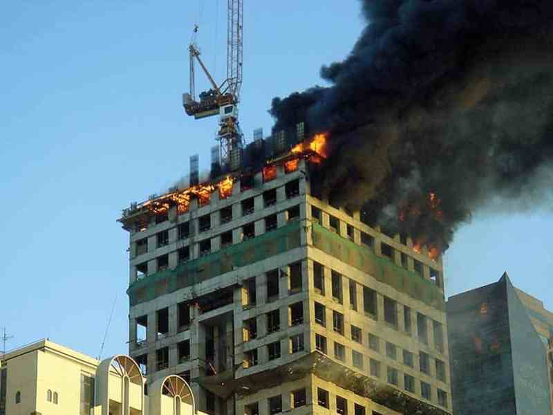 A serious outbreak of fire in a tall tower under construction in Dubai.