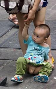 Çin'de küçük çocukların altının açık olması adeti var. Çocuk çişi gelince bir yere yapıveriyor.
