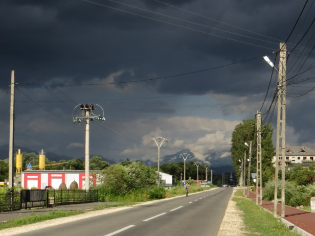 Dramatiska skyar över landsvägen från Tirgu Lapus.