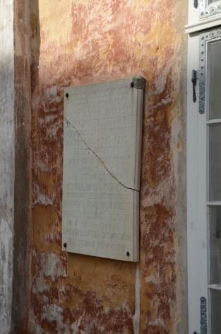 Minnesplaketten på Gamla rådhuset är tillägnad den första sovjeten i Narva som huserade här under revolutionen.