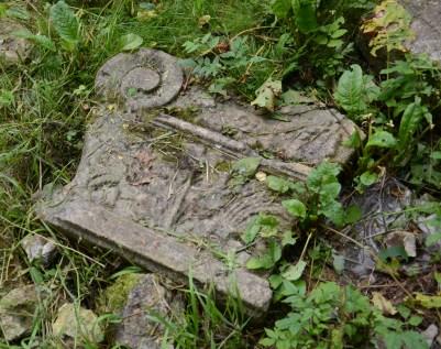 Barockspillra i gräset vid Victoria, kanske från en av stadsportarna..