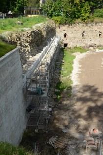 Genomgripande restaurering av befästningsverken mot flodsidan pågår.