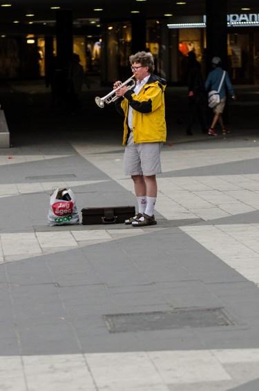 Utanför tutar en soloentreprenör och butikskedjemagnat i tubsockor