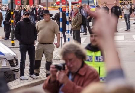 Fånleende nazister, i skydd av 400 poliser