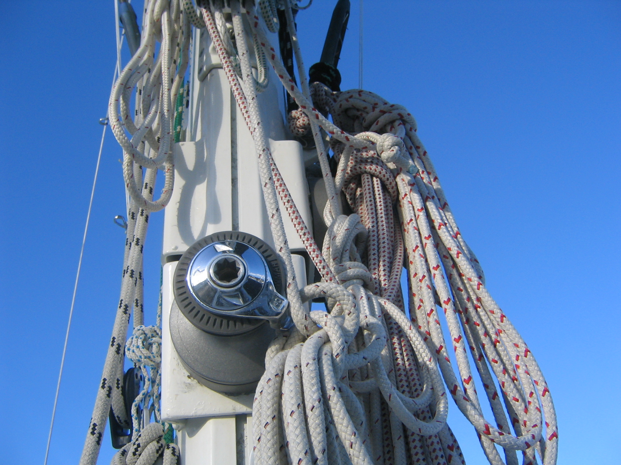 Beaucoup Lines on our Mast