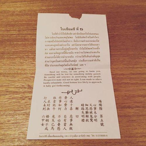 バンコクで藤山さんがひいたおみくじ結果が良いものは持って帰ってOK。悪いものは置いていくらしい。#横浜 #青葉台 #田園都市線 #リラクゼーションサロンgumi #タイ古式マッサージ#タイ式リフレクソロジー #ヘッドセラピー#タイ雑貨 #タイ #thai#ชอบ #ไทย #おみくじ #5 #意味はわからない #ไม่เข้าใจ #555 #バンコク #bangkok