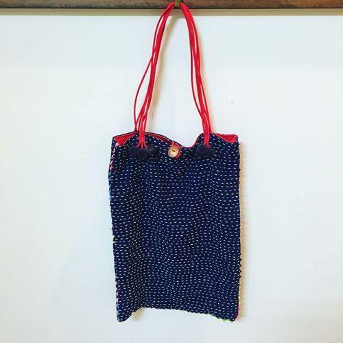タイ雑貨🇹🇭新入荷️【カンタ刺繍・バッグ】*手作りの一点ものです。ポンポンとファスナー部分のフリンジがポイント♪*¥3000(税込)サイズ-縦38cm×横27cm---------#thai #雑貨 #カンタ刺繍#ポーチ #一点モノ #バッグ #bag #design #刺繍#青葉台 #マッサージ #massage#リラクゼーションサロンGUMI #駅近 #こだわり #インテリア #空間 #simple #タイ古式マッサージ#タイ式リフレ#ヘッドマッサージ #アロマ