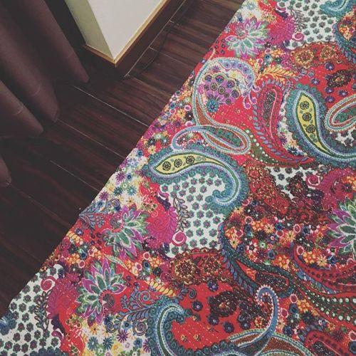【足元にラグ☻】 チェンマイで買った#カンタ刺繍 のラグ︎寒いのでカウンターの下に敷きました。#チェンマイ #chiangmai #タイ #thailand #雑貨 #大好き #行きたい#お気に入り #ラグ#寒い #年々耐えられない #足元から #冷える #青葉台マッサージ #青葉台 #マッサージ#タイ古式マッサージ#リラクゼーションサロン #gumi #interior #simple
