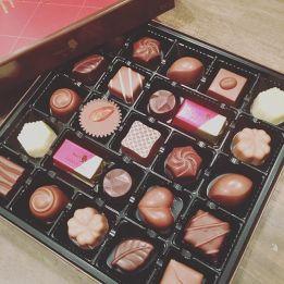 【chocolate︎♡】 -差し入れ頂きました!ありがとうございます———-#chocolate #全種類食べたい けどみんなのだよ!#ありがとうございます#今日のおやつ#青葉台マッサージ #田園都市線 #リラクゼーションサロンgumi#タイ古式マッサージ#タイ式リフレクソロジー #タイ古式 × #アロマ#リラックス #リフレッシュ#こだわり #空間 #interior#simple #design #asian#thai #癒し #パグ #黒パグ #dog #pug #犬