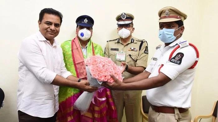 मुख्यमंत्री के बेटे ने दोनों पुलिसवालों को ड्यूटी का पालन करने के लिए सम्मानित किया