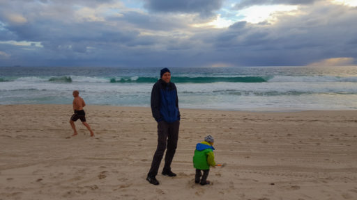 Spielen am kalten Strand von Perth
