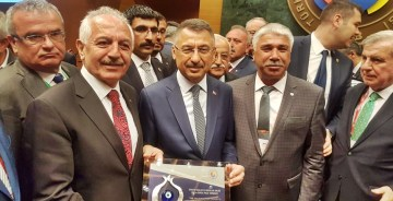 CUMHURBAŞKANI YARDIMCISI OKTAY, GTSO BAŞKANI AKÇAY'A PLAKET VERDİ
