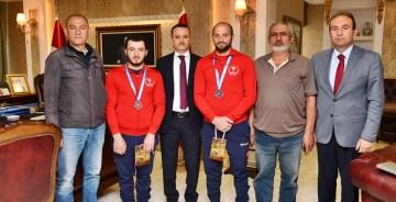 İşitme engelli güreşçileri Vali Taşbilek tebrik etti