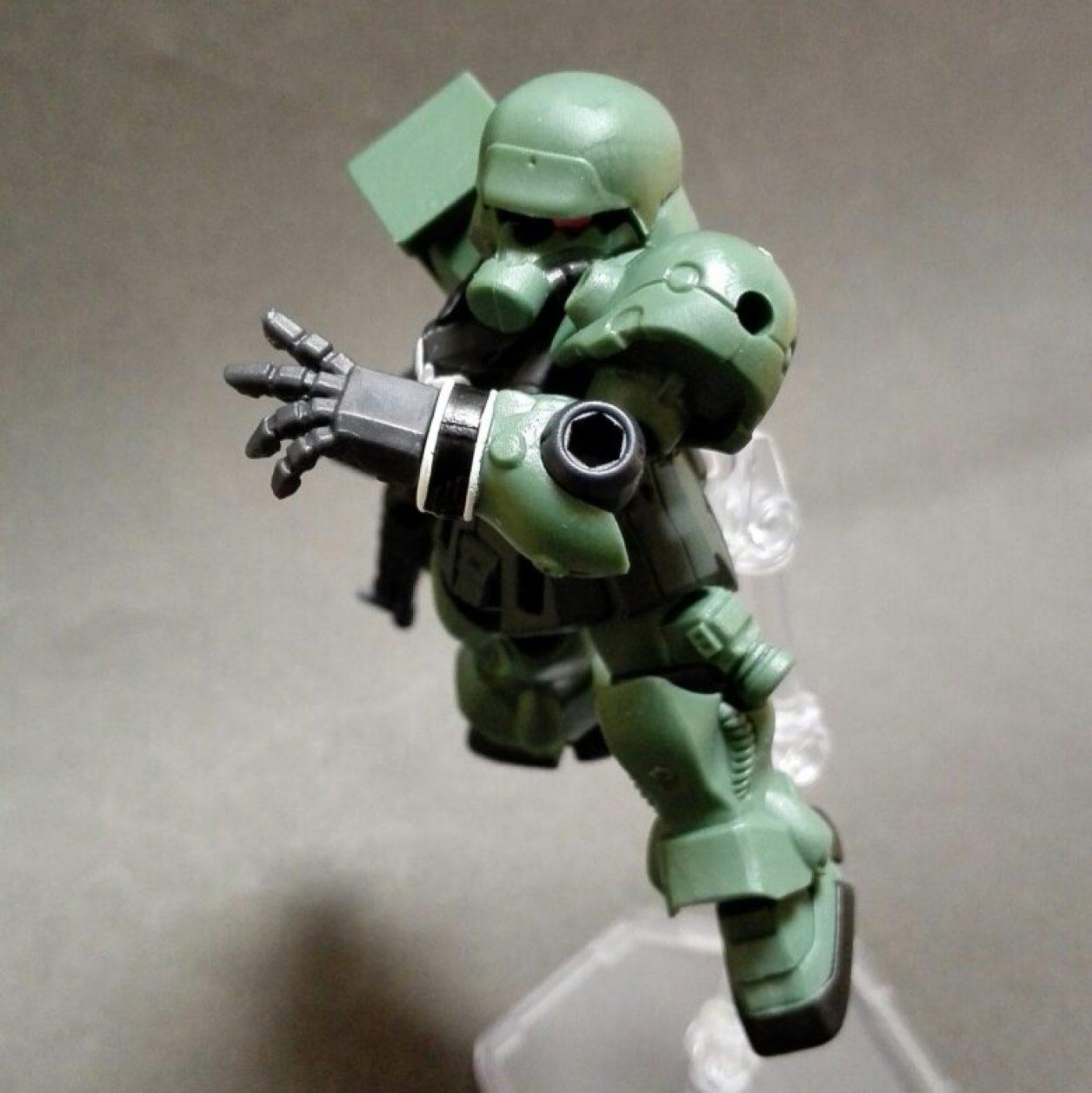 MOBILE SUIT ENSEMBLE(モビルスーツアンサンブル)第10弾のギラ・ズールにビーム・マシンガンとシールドを装備させてポージングさせた画像