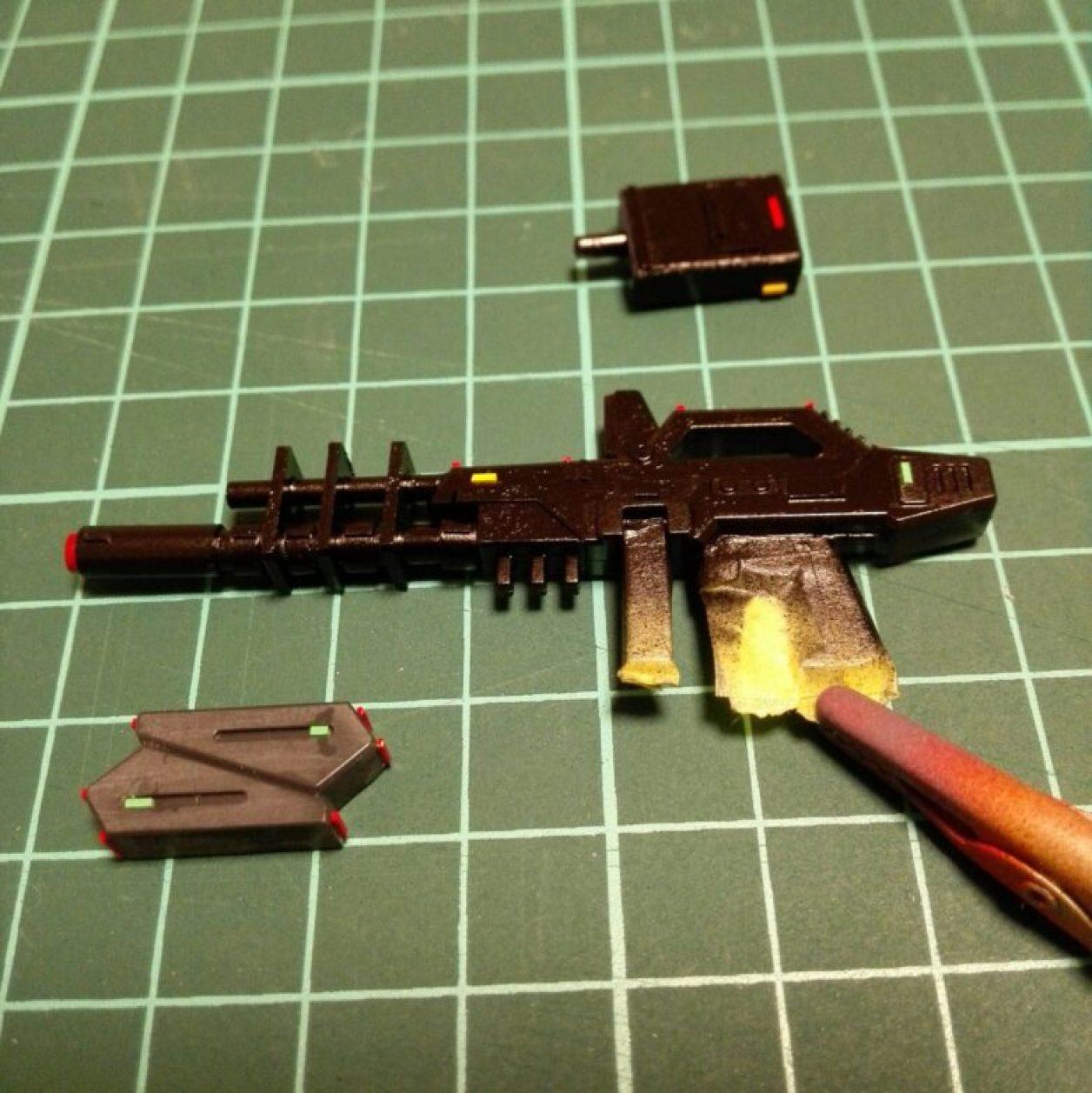 1/144スケール hguc ガンダムtr-1[アドバンスド・ヘイズル]用ビームライフルの改造用にプラ材を切り出して接着して箱組みしたパーツをプラバンでディテールアップしてカラーチップを貼付けた画像