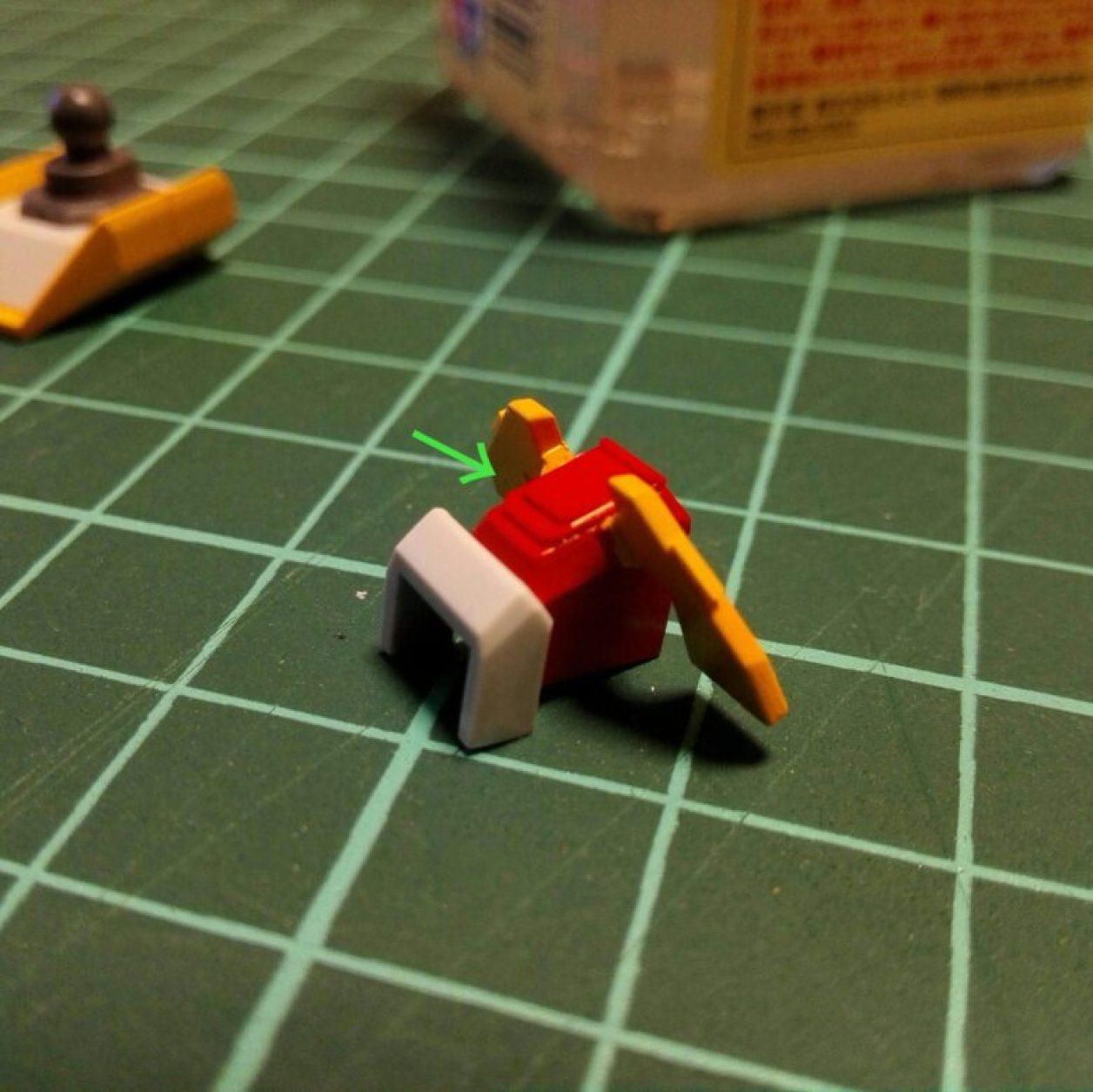 ヘイズルアウスラの胸部ユニットを構成するfg緊急脱出ポッド[プリムローズ]の制作記録におけるプラバンを使ったコクピットのディテールアップの画像