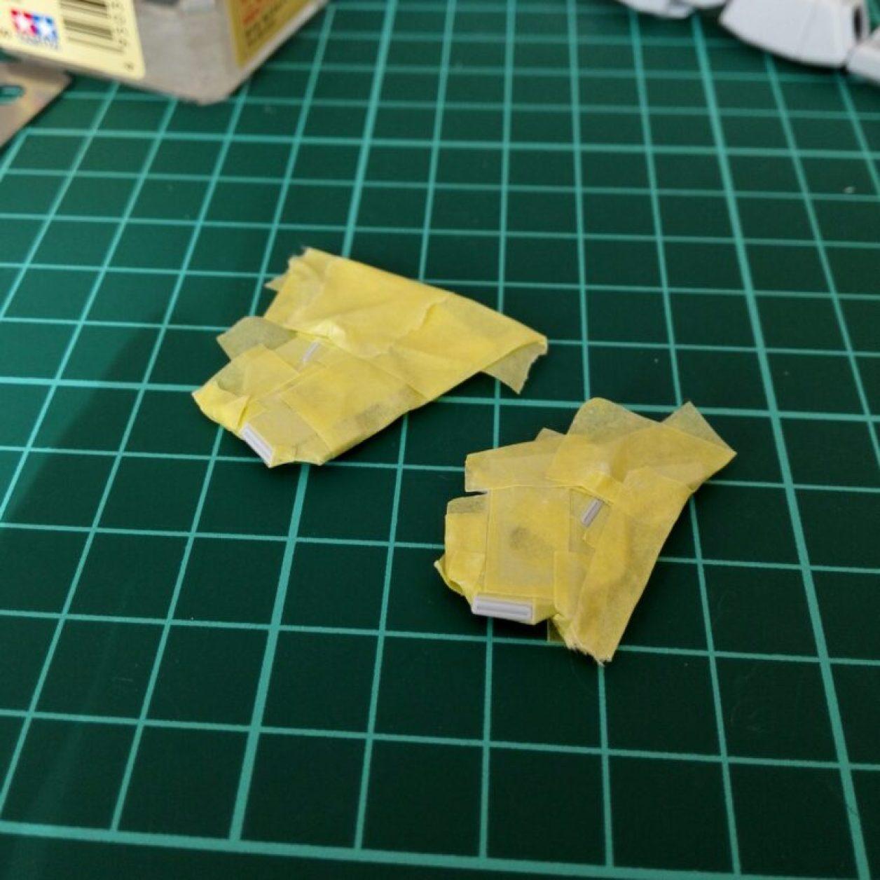 ヘイズルアウスラの胸部ユニットを構成するfg緊急脱出ポッド[プリムローズ]の制作記録における塗装工程にてマスキングを行っている画像