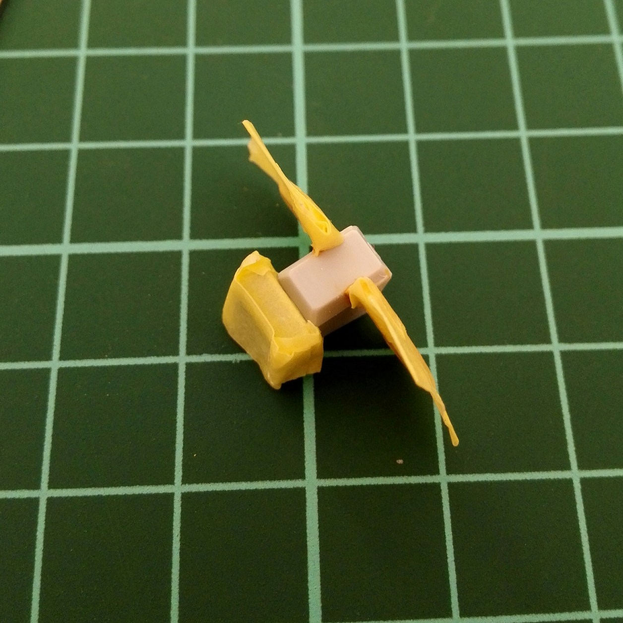 ヘイズルアウスラの胸部ユニットを構成するfg緊急脱出ポッド[プリムローズ]の制作記録におけるガンダムマーカーエアブラシシステムで塗装を行っている画像