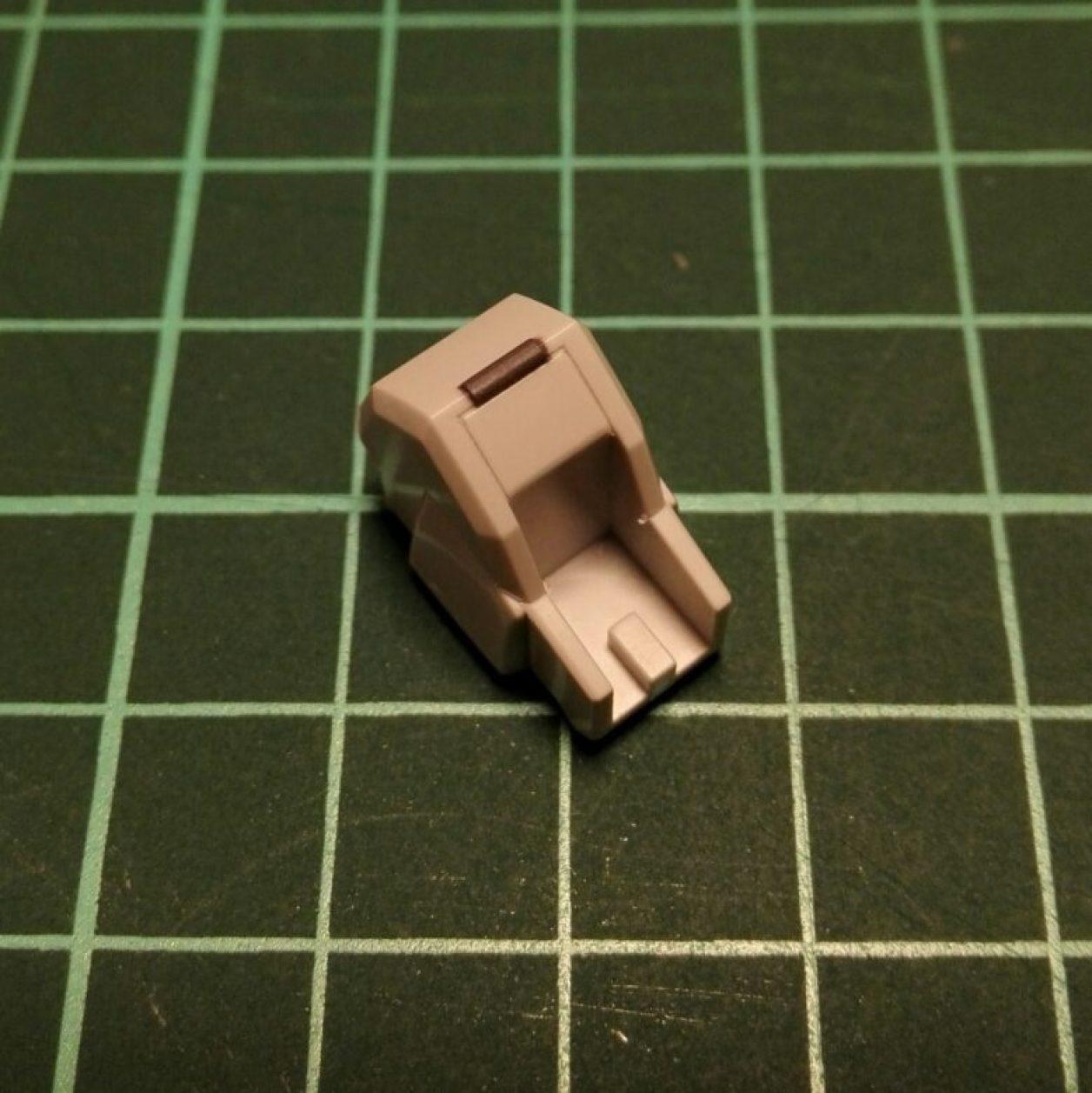 ヘイズルアウスラの胸部ユニットを構成するfg緊急脱出ポッド[プリムローズ]の制作記録における塗装工程にてガンダムマーカーエアブラシシステムでグレーに塗装した画像