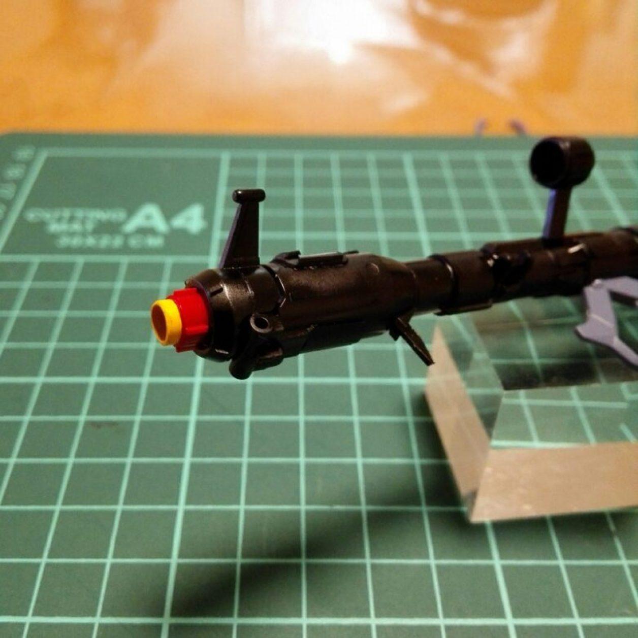ガンダムマーカーエアブラシシステムで塗装したプラパイプでジャイアント・バズーカの砲口のディテールアップしている画像