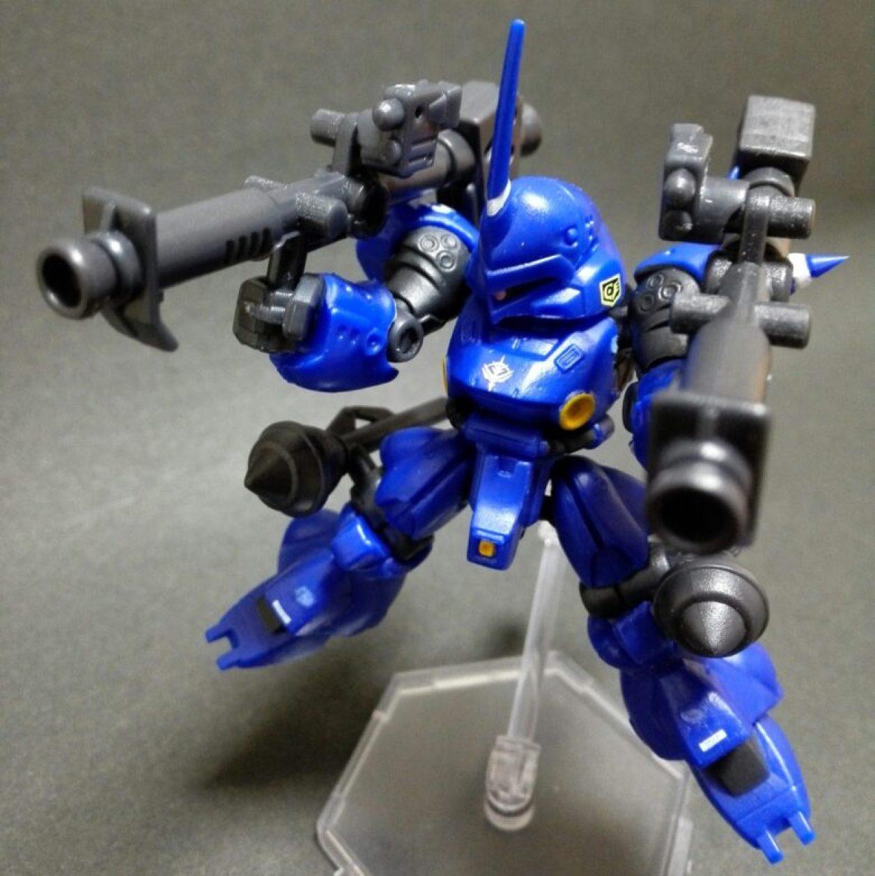mobile suit ensemble 4.5弾のケンプファー(マーキングプラス)本体にMS武器セットよりシュツルムファウスト×2とジャイアント・バズーカ×2を装備させてミニフライングベースでディスプレイした画像