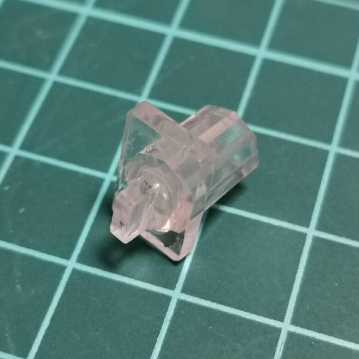 METALBUILD(メタルビルド)エールストライクガンダム付属のジョイントパーツの破損を瞬間接着剤で修復している画像