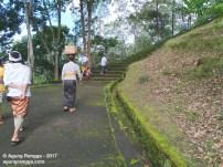 tangga yang dikelilingi pemandangan indah